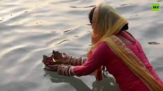 전염병에도 불구하고 Kumbh Mela 축제가 진행되는 동안 수천 명의 갠지스 강에서 목욕