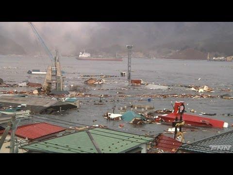 大船渡港に押し寄せる津波