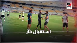 الشناوي يستقبل فادي نجاح بالأحضان.. و«لاسارتي» يحفز لاعبي الأهلي قبل مباراة التتويج بالدوري