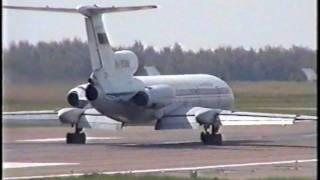 Ту-154 руление Внуково 2000 Tu-154 taxi Vnukovo summer 2000(Two Tu-154 taxi and start run at Vnukovo summer 2000. 2 Ту-154 руление и разбег Внуково летом 2000г., 2009-12-09T01:29:29.000Z)