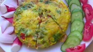 Омлет с колбасой и помидорами-идеальный завтрак