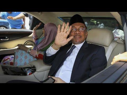 مهاتير محمد: سأسعى لتشكيل حكومة وحدة غير حزبية إذا حظيت بدعم البرلمان …  - نشر قبل 3 ساعة