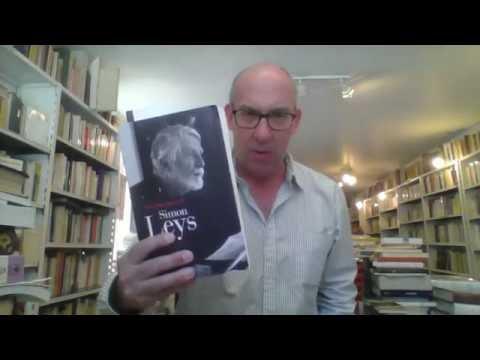 Simon Leys se drapant dans Les Deux étendards