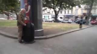 Украинский военный в центре Киева писает в мусорный бак: