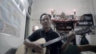Cụ Ông đàn guitar và hát bài Beautiful sunday