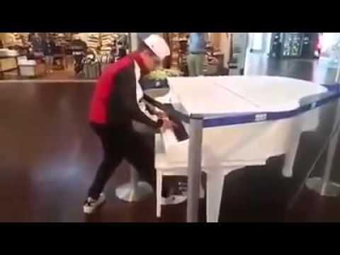 Kid surprises and amazes on public piano (Dario August Hausheer)
