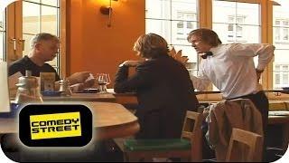 Aufdringlicher Kellner | Sträflinge auf der Flucht - Comedystreet mit Simon Gosejohann