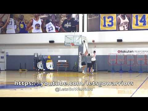 Klay Thompson scrimmaging against Golden State Warriors trainer with broomstick hands 😂