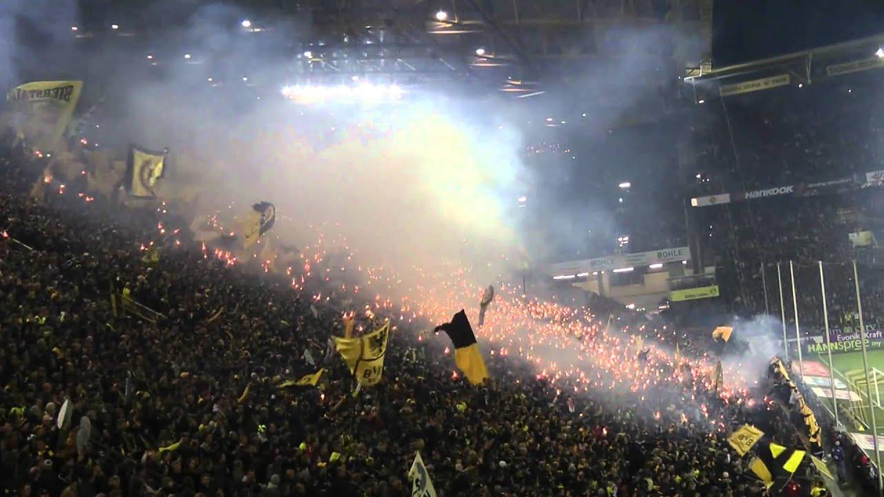 Borussia Dortmund - 1. FC Köln 1-0 Pyro  / Bengalos 04.03.2011 BVB Einlauf Mannschaften