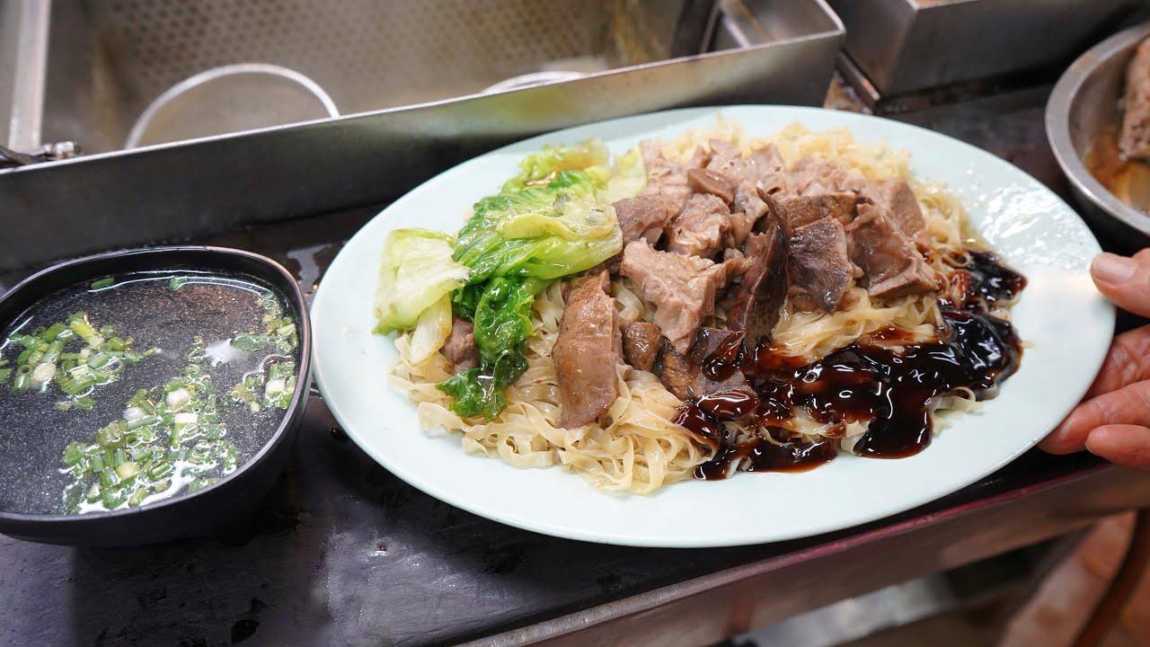 【#牛雜撈麵】一大碟 (豬紅 豬皮 豬腸)車仔麵非常吸引! #Beef offal dry noodles, pig skin, pig intestines cart noodles! #廣興車仔麵