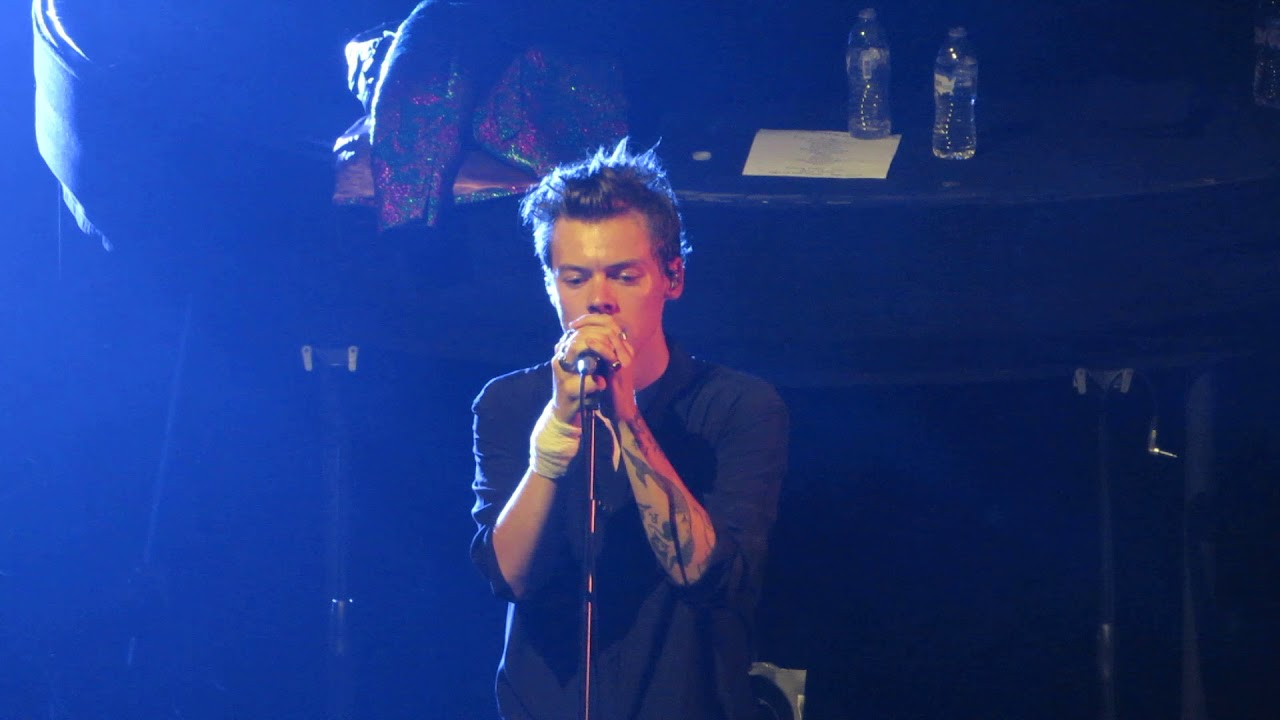 Harry Styles From The Dining Table Chicago Youtube