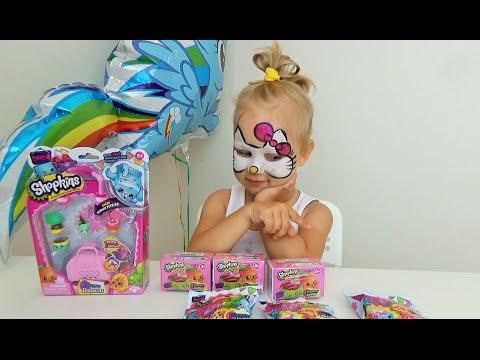 Алиса открывает много игрушек Шопкинс серия 4  Alice opens up a lot of toys Shopkins