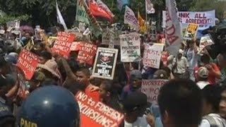 Protesters scuffle with police in anti-Obama protest in Manila