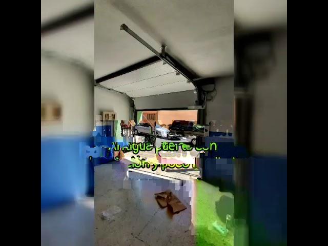 Puerta seccional efecto oxido acero corten instalada con paredes con grande descuadre y motor latera