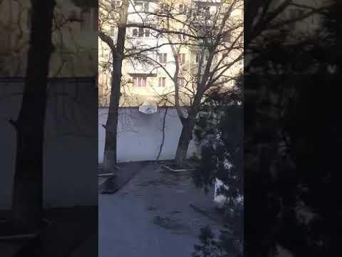 В Новороссийске с крыши многоэтажки сорвало листы металлопрофиля: пострадали машины