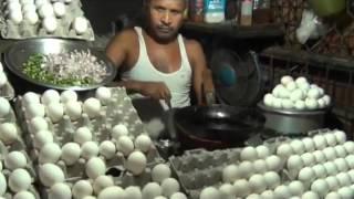 Повар делает омлет и подает его в хлебе!!!