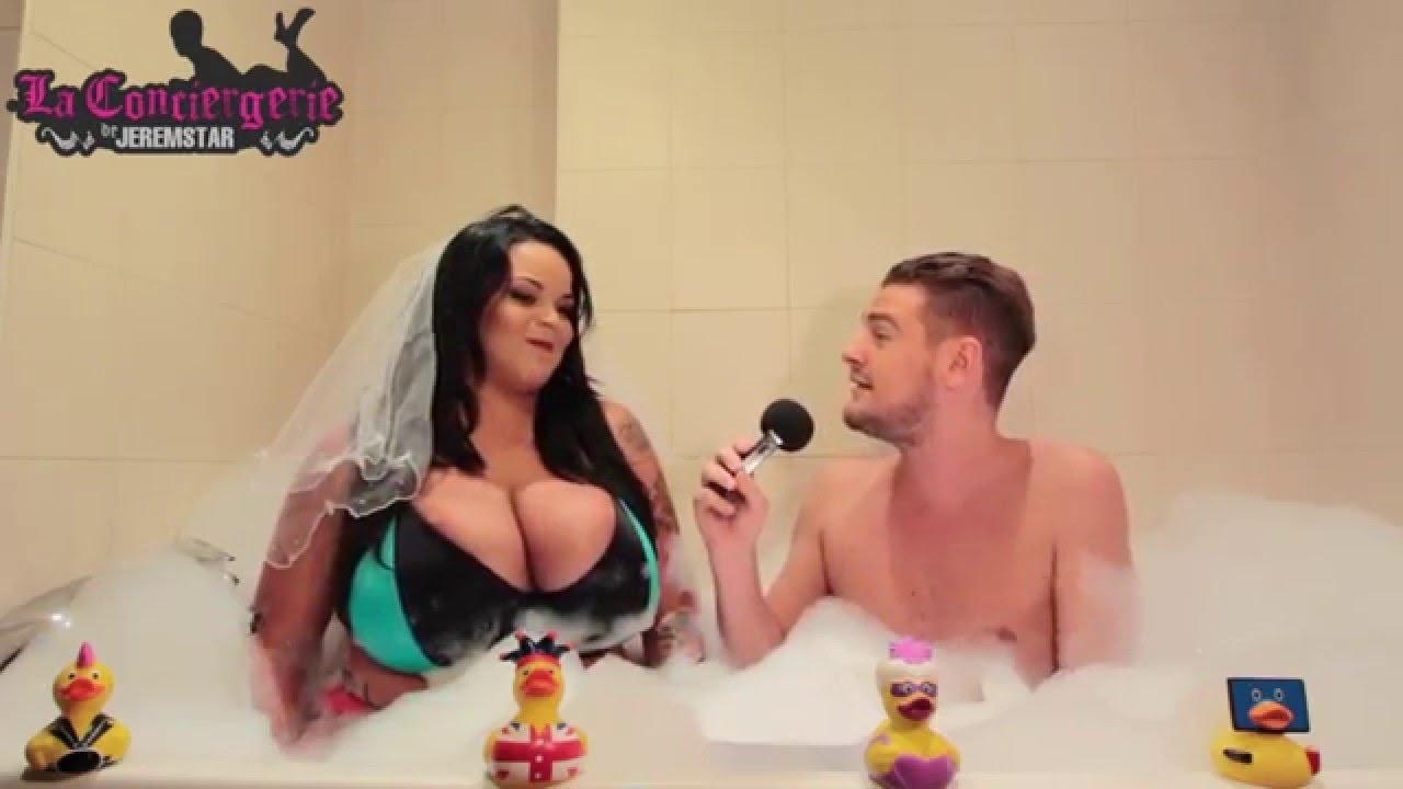 Une femme nue dans la salle de bain - tukifcom