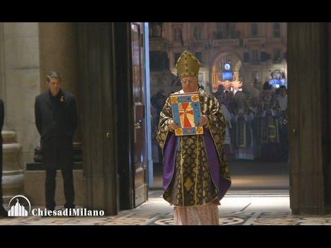 Milano in duomo il card scola apre la porta santa le - Immagini porta santa ...