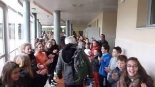 Un professeur part en retraite, acclamé par 700 collégiens