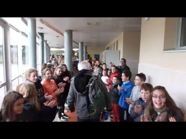 Te emocionará: ¡700 alumnos de un colegio homenajean a un profesor en su jubilación!
