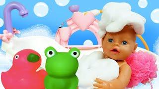Кукла Беби Анабель идёт спать! Игрушки для ванной и воздушная пена! Онлайн видео игры для детей.