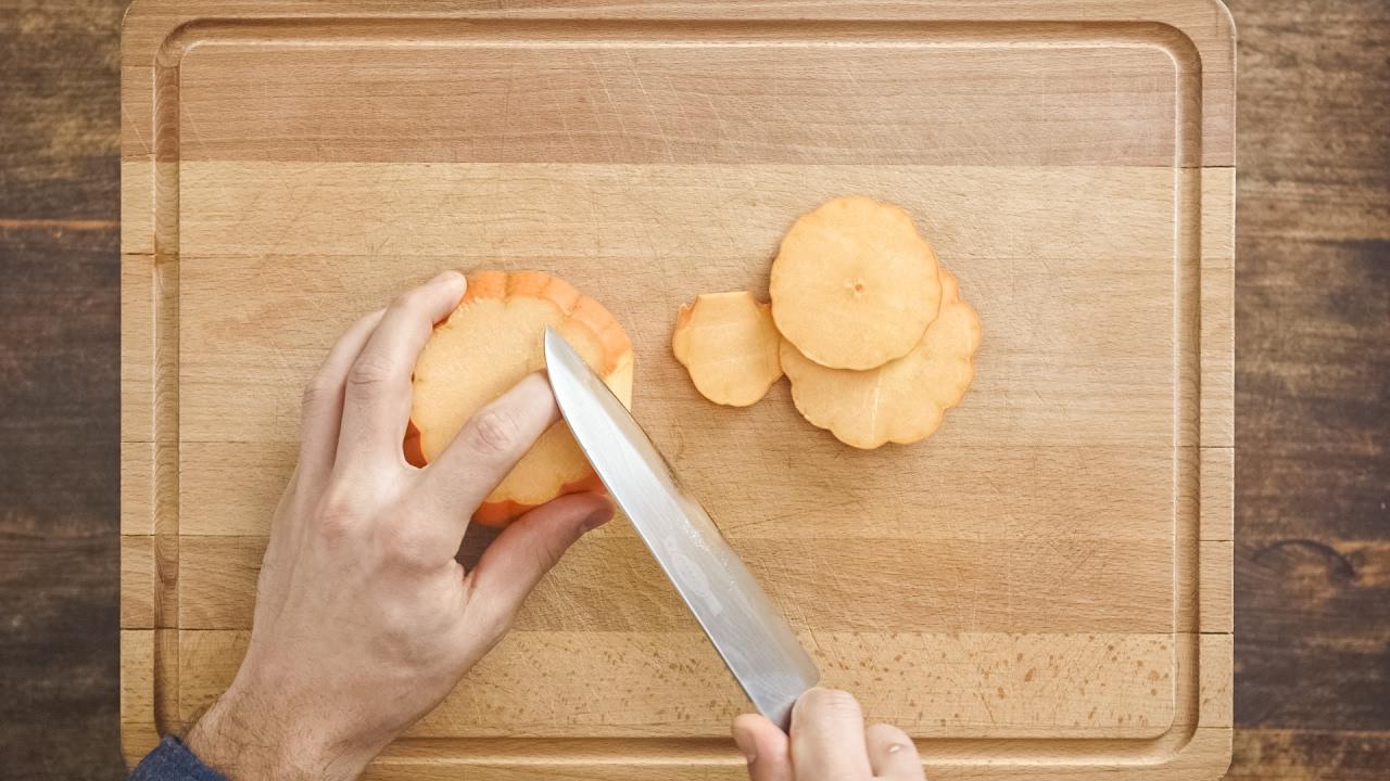 Comment Eplucher Un Patisson how-to: couper et éplucher une courge | fooby