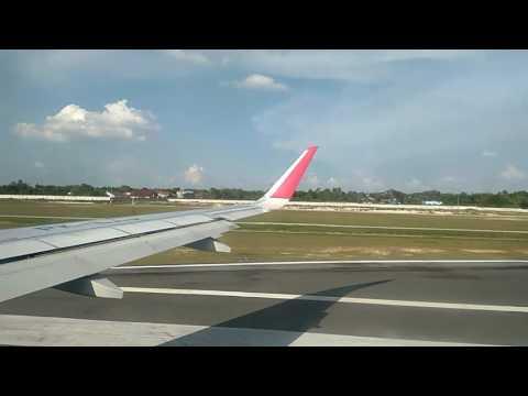 Batik Air Take Off di bandara Sultan Syarif Kasim II Pekanbaru