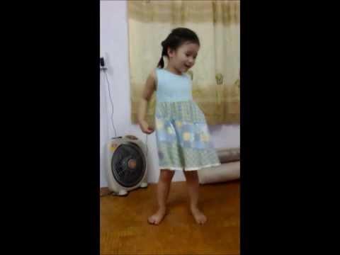 """Bé Khánh Chi hát """"Ồ sao bé không lắc"""""""