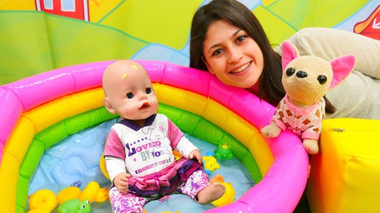Ayşe ve Loli Gül'ü oyuncak havuzda yıkıyorlar