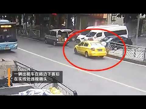 重慶一出租車違規掉頭,騎車男子躲避不及一頭撞進車後窗