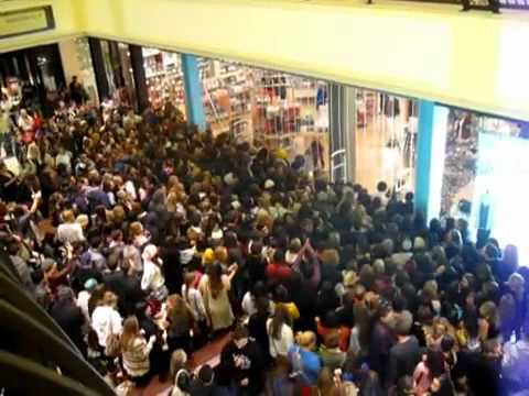 Black Friday 2011 - Urban Outfitters crowd rush fight - YouTube