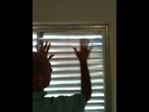 Consejo de como aislar las ventanas del fr o con rollos de for Aislar paredes del frio