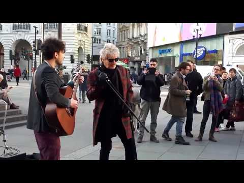 "Rod Stewart - Impromptu street performance ""Handbags And Gladrags"" At London"