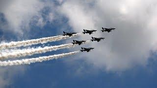 防衛大学校卒業式に行われるブルーインパルス祝賀飛行の前日予行のライ...