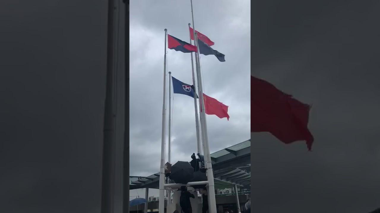 8月3日香港海港城外有年輕示威者從旗桿上摘下中國國旗并扔進海中 - YouTube