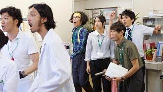 特別福祉課の検査室に漫才コンビの奥田安田が訪ねて来る。幸田健司(金子...