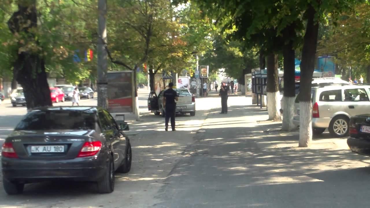 Polițiștii îl protejează pe un șofer de taxi ilegal