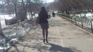 видео а девушка идет