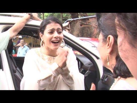 Kajol begs to mom Tanuja in PUBLIC  Funny Video
