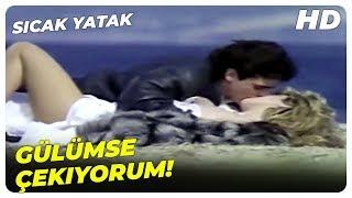 Sıcak Yatak - Gamze, Naci'ye Poz Veriyor!   Harika Avcı Eski Türk Filmi