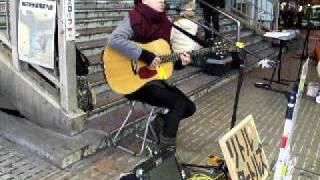 Little Turtlesのコバさんソロの路上ライブin大阪駅。 オリジナル曲の「...