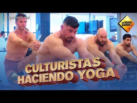 Culturistas haciendo Yoga