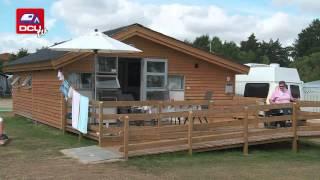 Tv-klip: Campingmagasinet - juli, Holbæk Fjord Camping & Wellness - handicap venlig hytte