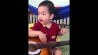 Em bé 23 tháng guitar cover me yêu không nào
