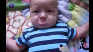 مقاطع فيديو مضحكة- طفل يصنع حركات جميله عندما يزعل