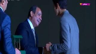 بالفيديو| الرئيس السيسي يكرم الشاب الذي حصل على ذهبية مشروع علاج
