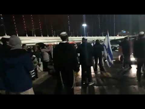"""צפו: """"העם דורש נקמה!"""" הפגנה בגשר המיתרים"""