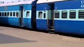 GD WDM-3A MAURYA 15028 GKP-HTE EXPRESS FULL ARRIVAL AT CPR