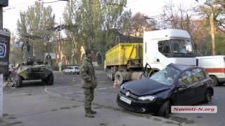 """Видео """"Новости-N"""": В Николаеве БТР смял Volkswagen"""