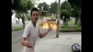 Incrível acidente!! Carro pega fogo e rapaz escapa ileso